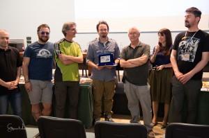 Roberto Bonadimani consegna la targa per il primo premio a Marco Stefanni
